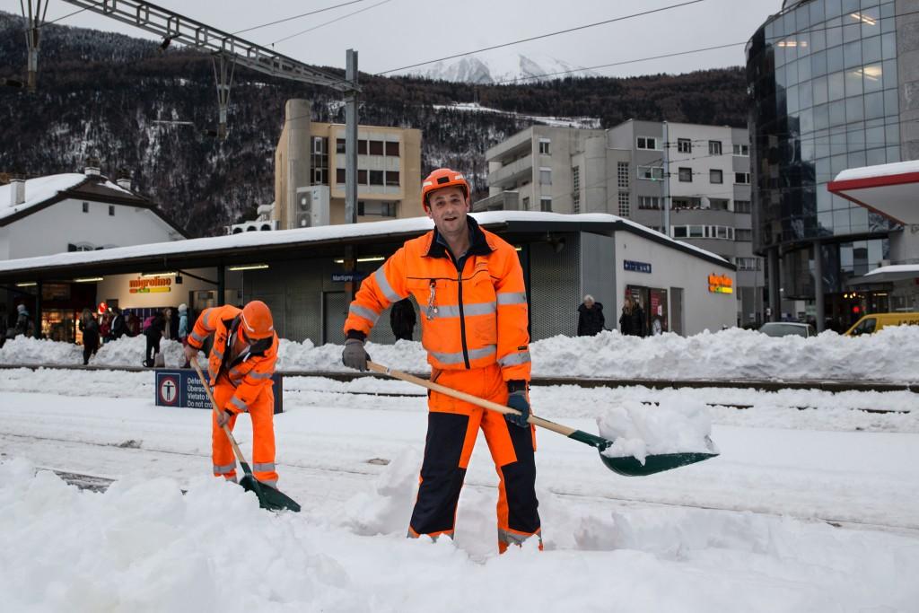 Déneigement avec la pelle à neige en gare de Martigny